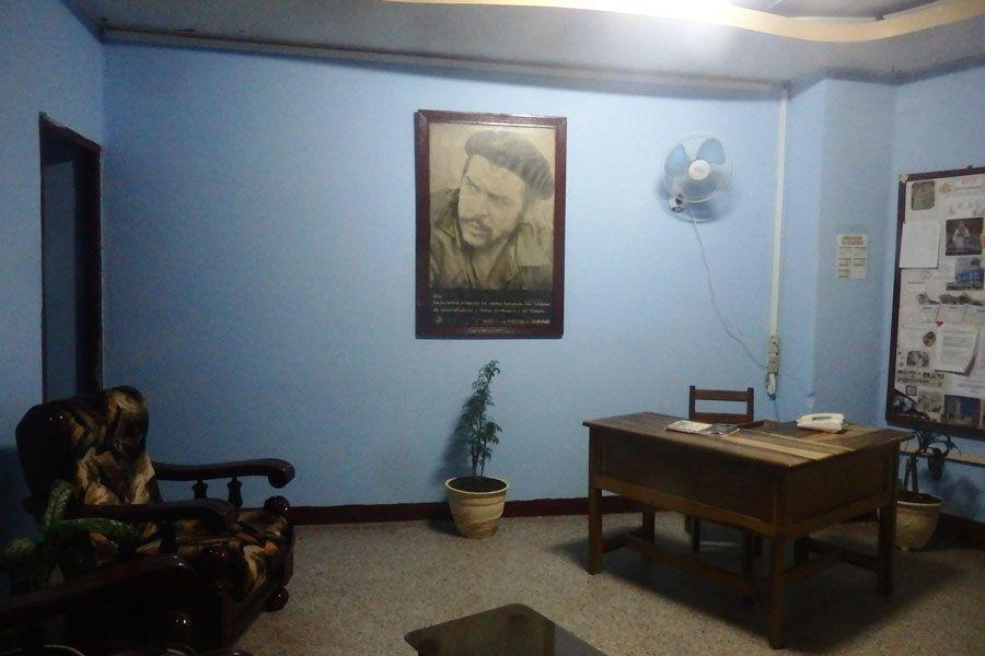 Sin computadoras, pero con el Che: los burós cubanos podrían estar sacados de Mortadelo y Filemón.