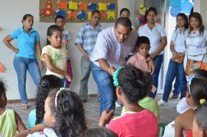 El alcalde de Riohacha, Fabio Velásquez, incentivando a los niños a superarse y a estudiar.