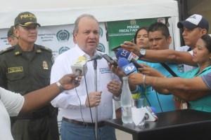 El gobernador de La Guajira, Jorge Enrique Vélez García, liderando la rueda de prensa de licores y cigarrillos de contrabando.