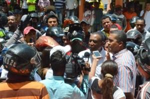 El presidente del Concejo Aloima Miranda, dialogando con los inconformes.