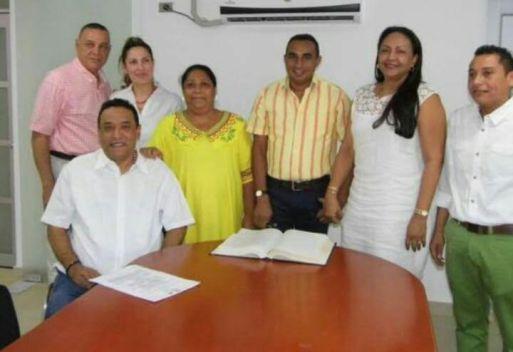 Ilka Curiel Correa con el Alcalde de Manaure y diferentes funcionarios.