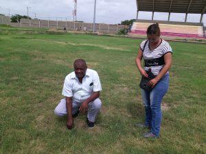 Personal que labora en el escenario deportivo mostrando el gramado.