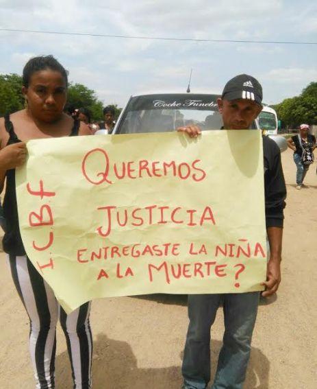 Con pancarta como ésta, los vecinos protestaron y exigen justicia.