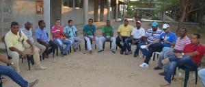 Funcionarios de la administración reunidos con los líderes del barrio Dividivi, cuyos habitantes tienen en el patio de sus casas fosas sépticas.