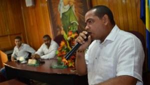 Entre lágrimas, el alcalde de Riohacha, Fabio Velásquez Rivadeneira, recordó el último consejo que le dio Vicente, hablar con los concejales de Riohacha.