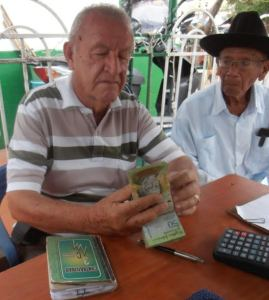 Gabriel Trujillo es uno de los comerciantes en Maicao que están haciendo hasta lo imposible por salir cuanto antes de esta denominación monetaria. La más alta del vecino país.