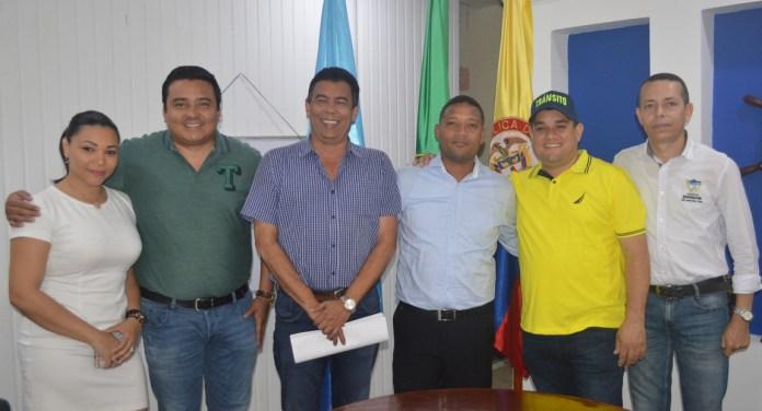 Los compañeros de trabajo de la administración distrital hicieron presencia en la posesion del nuevo funcionario.