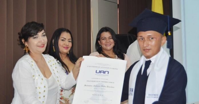 Ana Elisa Fuentes le hace entrega del diploma a Salvador Antonio Rada.