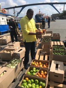 El mismo gobernador (e) de La Guajira, Wilson Rojas Vanegas, observando la calidad de los producto de la canasta familiar que fueron exportados desde La Guajira a la isla de Curazao.