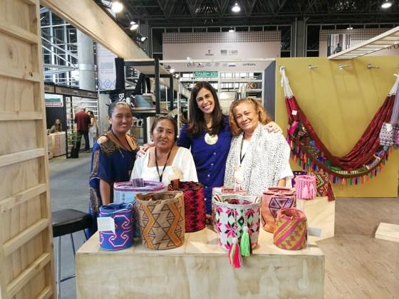 Las artesanas guajiras junto a Ana María Palau, subdirectora general de programas y proyectos del Departamento para la Prosperidad Social.