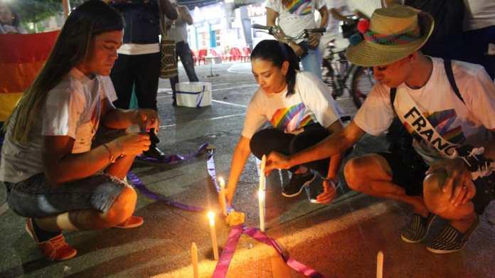 Momento cuando se encendieron las velas por las víctimas muertas a nivel nacional e internacional que han sufrido por homofobia, transfobia y lesbofobia.