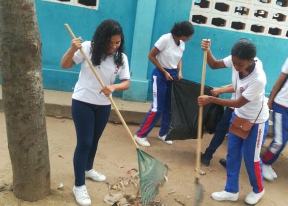 Los estudiantes durante la limpieza de los espacios comunes