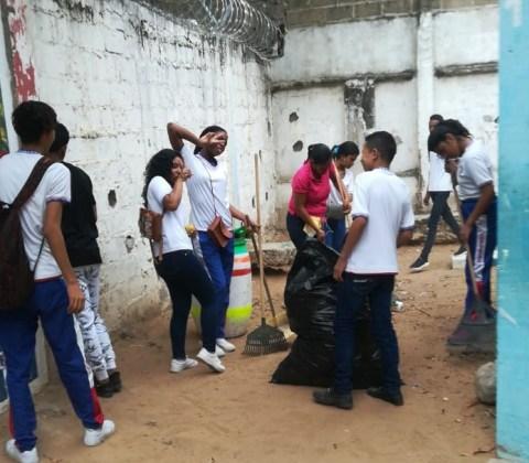 Los estudiantes se conformaron en cuadrillas de limpieza
