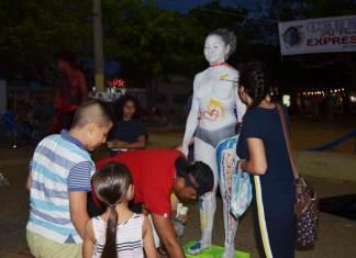 Niños, jóvenes y adultos pintaron sobre el lienzo corporal de la modelo Dayanara Ibarra.