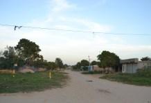 Ahí se observan los mojones que tiene colocado la empresa Promigas y que ha imposibilitado que la obra de pavimentación se realice, obstaculizando con ello, el desarrollo del Distrito.