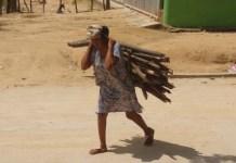 Después de caminar un buen trayecto con la leña a sus espaldas, las madres de familia llegan a sus hogares y seguidamente deben cocinar los alimentos.