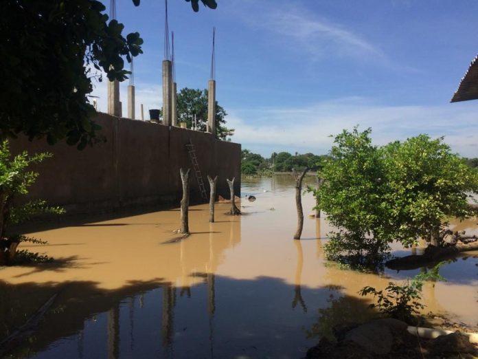 El jagüey que se encuentra entre dos barrios: 15 de Mayo y Bocagrande se desbordó causando estragos a su paso.