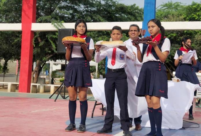 Los estudiantes en la ceremonia religiosa, con motivo de la conmemoración del Día de su Santo Patrono.