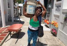 Sonia con las herramientas en el hombro, se dispone a iniciar un nuevo día, organizando y acondicionando el espacio que servirá para atender a las personas que tienen poco recursos y que necesitar atender su ser querido, ya fallecido.