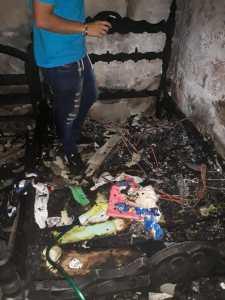 Totalmente destruida quedó un cuatro principal de vivienda que se incineró al parecer por culpa de las fluctuaciones de energía.