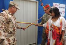 Instantes cuando la secretaria de Apoyo a la Gestión, Jussica Barros Zúñiga, junto a un oficial del Ejército dan por inaugurada la obra.
