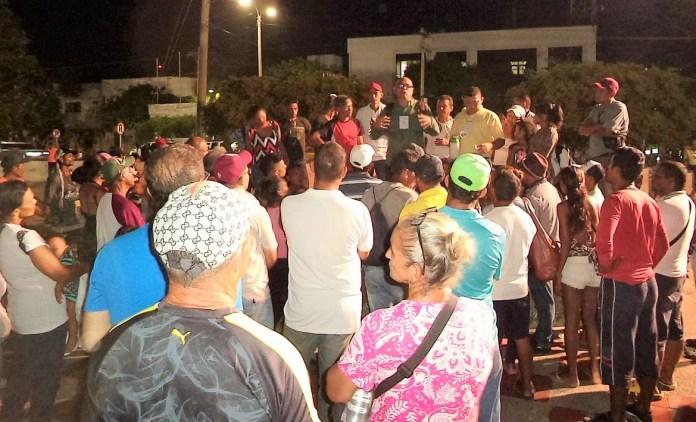 Alrededor de 50 personas se reunieron en el parque para escuchar al líder.