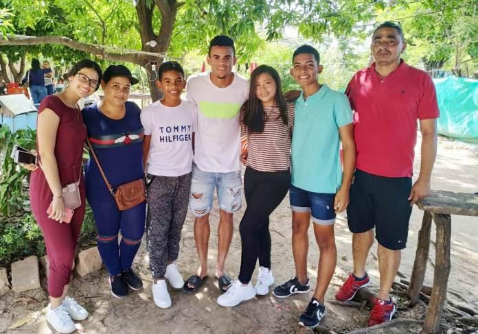 Aquí con un grupo de la familia de Jeison Oñate, joven jugador de un equipo de Barrancas.