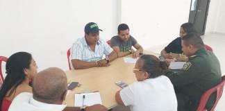 Aspecto de a reunión con los intimidados y los funcionarios del Gobierno.
