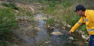 Este es el arroyo Bruno ya modificado y pese al verano que azota a este sector de La Guajira, tiene algo de agua.