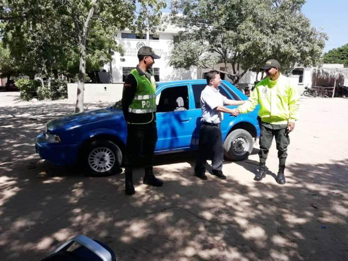 Este es el momento, en que la Policía le entrega el vehículo a su propietario.