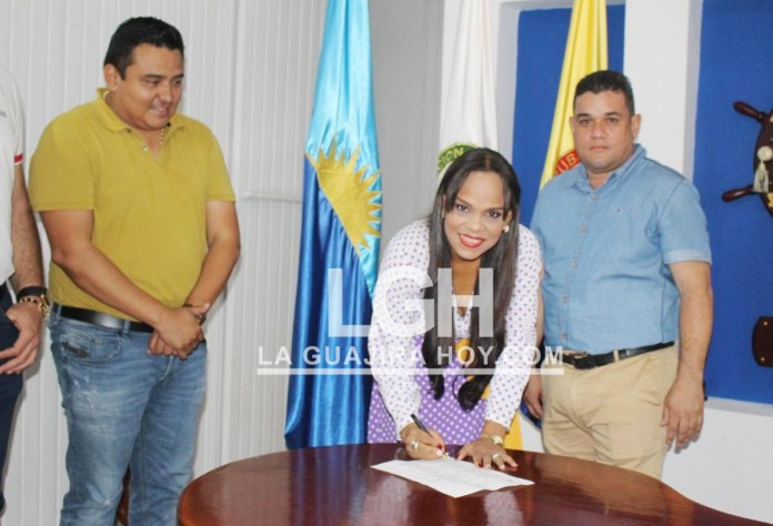 Aspecto de la posesión de Edita María Pimienta Torres, como nueva Directora de Salud Pública del Distrito, ante el alcalde Juan Carlos Suaza Movil.