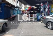La mitad de la calle está ocupada con restaurantes improvisados donde la constante son los anafres en plena vía pública.
