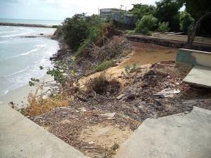 Un parque y casas frente al mar se han derrumbado por la erosión costera