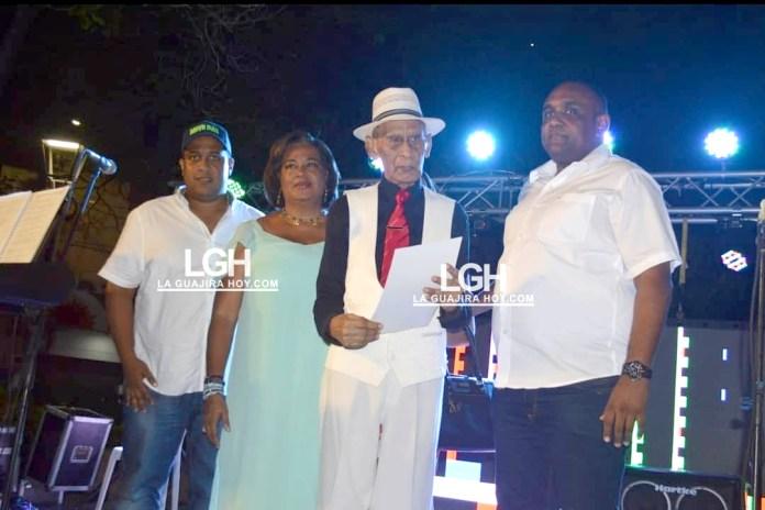 Aspecto de la entrega del reconocimiento al periodista Edison Hernández, aparece el alcalde de Riohacha, Juan Carlos Suaza, el secretario de gobierno Ronal Gómez.