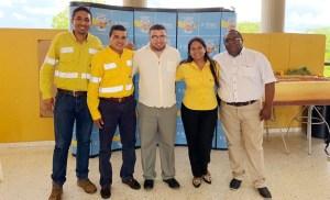 El docente Danny Daniel junto a empleados de Cerrejón.