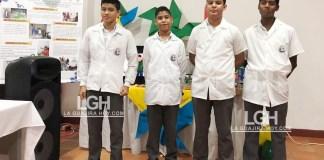 Grupo de estudiantes que participaron en el proyecto de energía eólica.