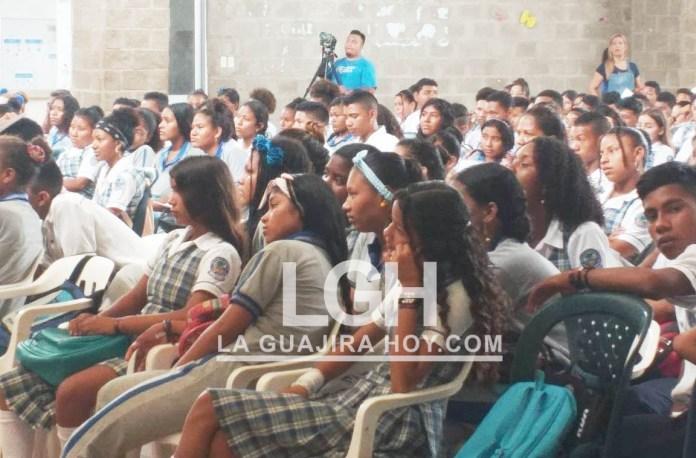Jóvenes de la institución educativa Denzil Escolar recibieron la capacitación de los funcionarios de la Fiscalía General de la Nación y Unicef Colombia para prevenir delitos como la explotación sexual.