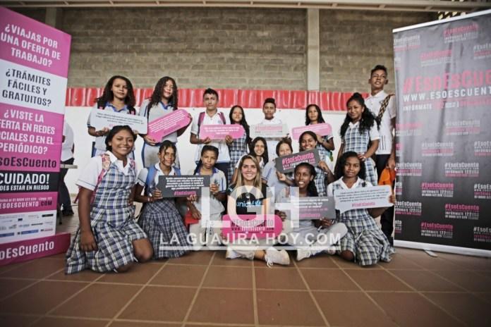 La presentadora del canal Caracol Mónica Rodríguez, junto a los estudiantes de la institución educativa Denzil Escolar.