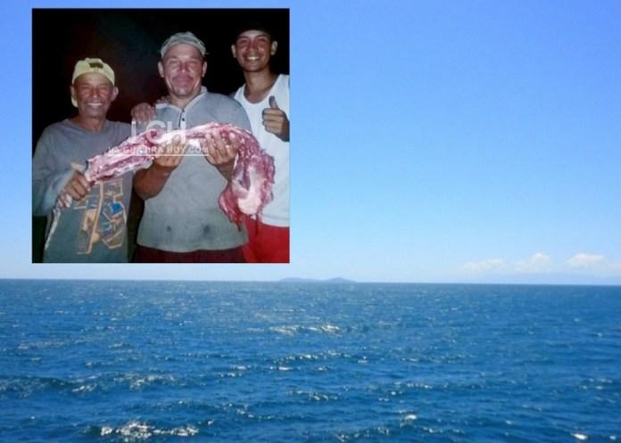 Los tres venezolanos, luego llegaron a tierra, se hicieron esta imagen junto a este pedazo de ovejo, que sacrificaron para festejar su regreso a tierra firme. Aparecen: Yenfry Colina, Ilmer Vargas, y Antony Hurtado.