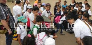 Así estudian los niños en el colegio de Albania.