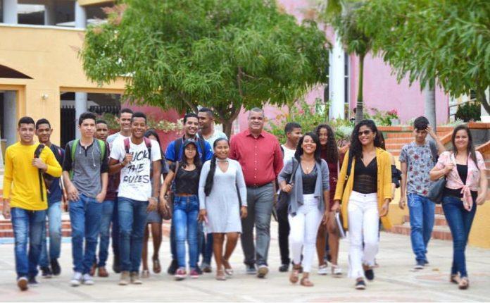 Carlos Arturo Robles Julio, rector de UniGuajira, con sus estudiantes.