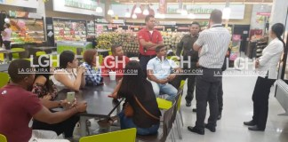 Este es un grupo de los jóvenes estafados, cuando dialogaban con directivos del supermercado.