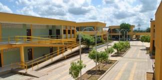 La sede la Universidad de La Guajira en Maicao es el lugar que se ha escogido desde antaño para las elecciones y esas instalaciones están tomadas por los estudiantes como protesta al no pago de parte de la Gobernación.