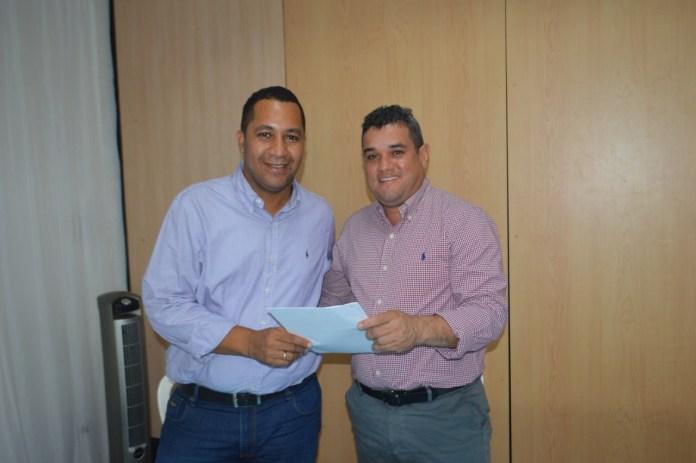 José Ramiro Bermudéz y Juan Carlos Suaza, quienes se encontraron en el Concejo de Riohacha, ahora nuevamente, como alcalde saliente y electo, respectivamente.