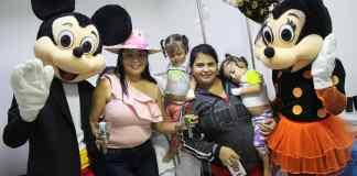 La gestora social de Riohacha, Marisol García Pimienta, entregando regalos el día de los niños en el hospital de Riohacha.