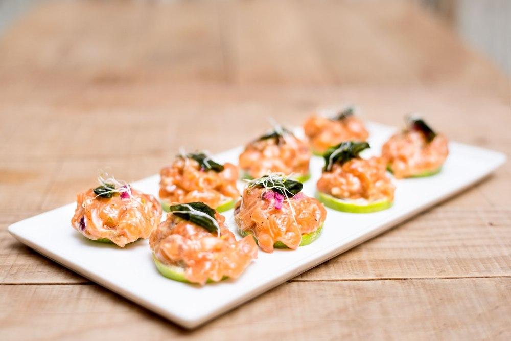 tartar-de-salmon-sobre-limas