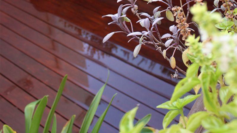 madera de exterior de ipe en jardin en atico
