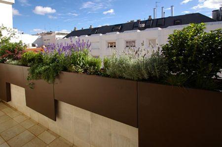 jardin de diseo moderno en madrid para la terraza de un atico
