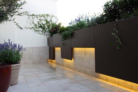 iluminacion led en jardin de diseo moderno en madrid para la terraza de un atico