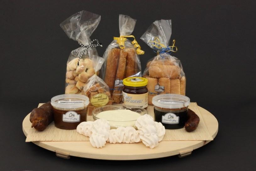 Nous avons un grand choix de spécialités de Fribourg dont la double crème et ces meringues.